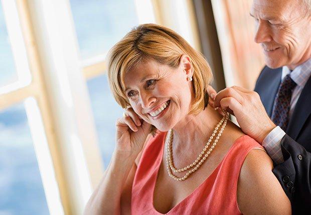 Hombre ajustando un collar a una dama - Maneras de encontrar pareja de nuevo