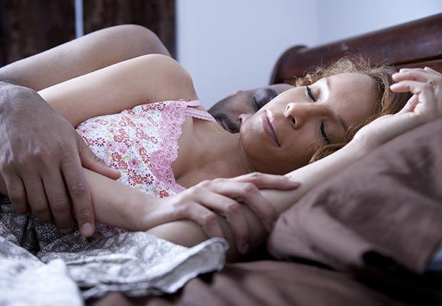 Pareja durmiendo juntos muy acurrucados - Maneras de encontrar pareja de nuevo