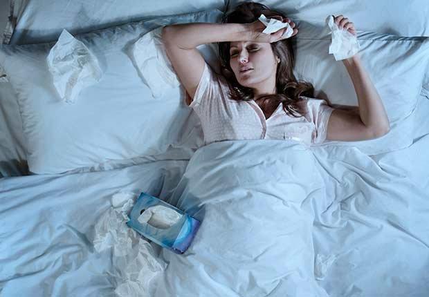 Mujer enferma acostada en su cama - Números que pueden extender tu vida