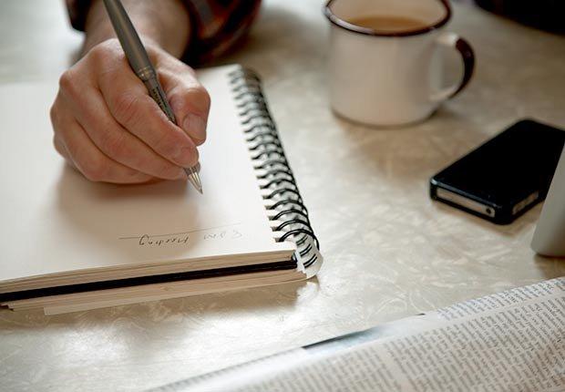 Persona escribiendo en una libreta - Maneras de encontrar pareja de nuevo