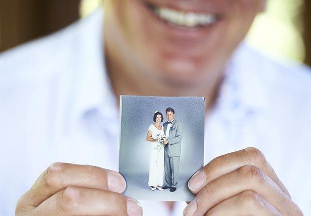 Hombre sosteniendo una foto - Maneras de encontrar pareja de nuevo