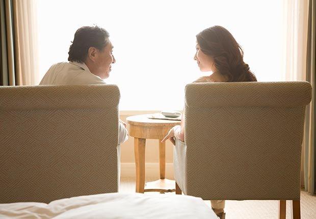 Pareja sentada mirandose - Maneras de encontrar pareja de nuevo