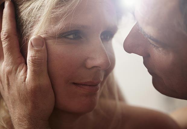 Pareja mirandose muy cerca - Maneras de encontrar pareja de nuevo