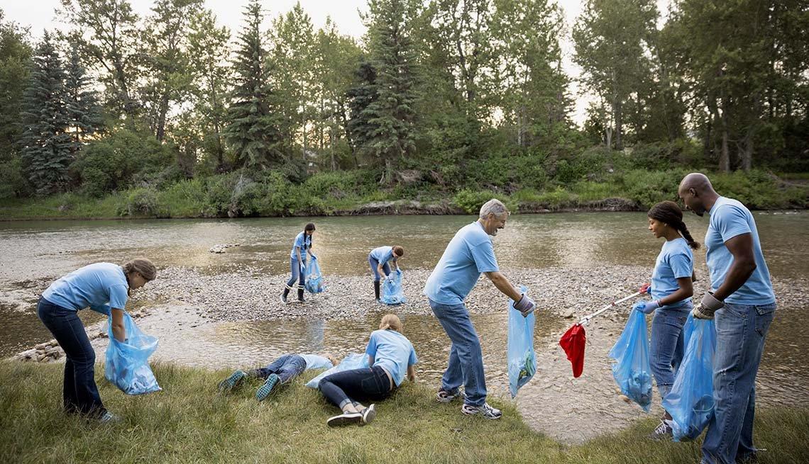 Grupo de personas limpiando un área pública - Formas de reducir el estrés