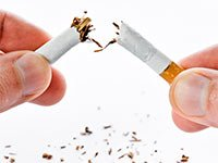 Persona rompiendo un cigarrillo - Cómo dejar de fumar