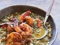 Sopa de freekeh con camarones y dátiles en harissa picante