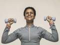Mujer haciendo ejercicios con un par de mancuernas