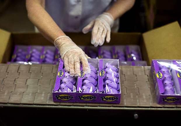 Empleado empacando los dulces Peeps