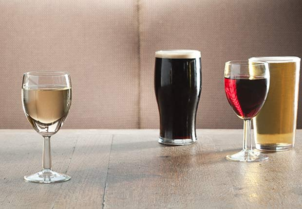 Vasos y copas con agua, vino y cerveza - Cómo lograr una buena nutrición