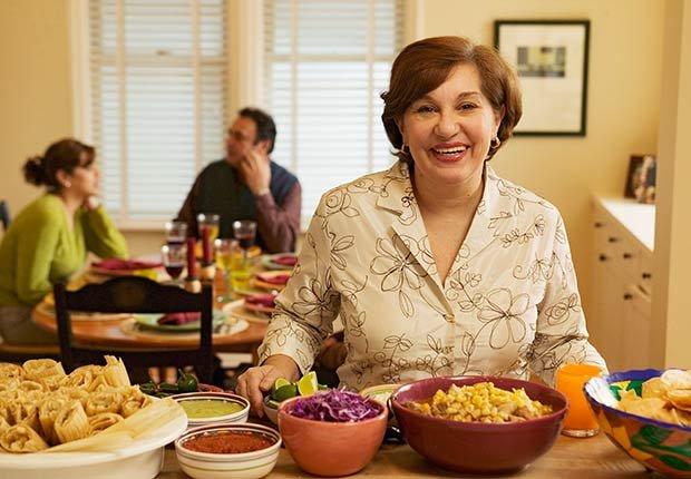 Mujer sirviendo comida - Cómo lograr una buena nutrición