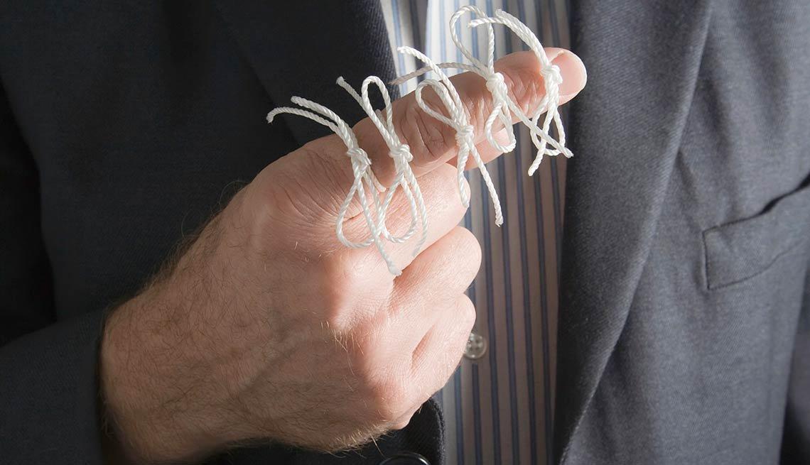Dedo con cintas atadas