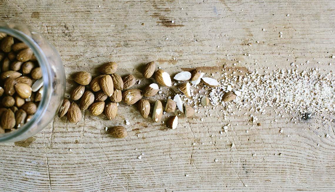 Almendras trituradas sobre una mesa