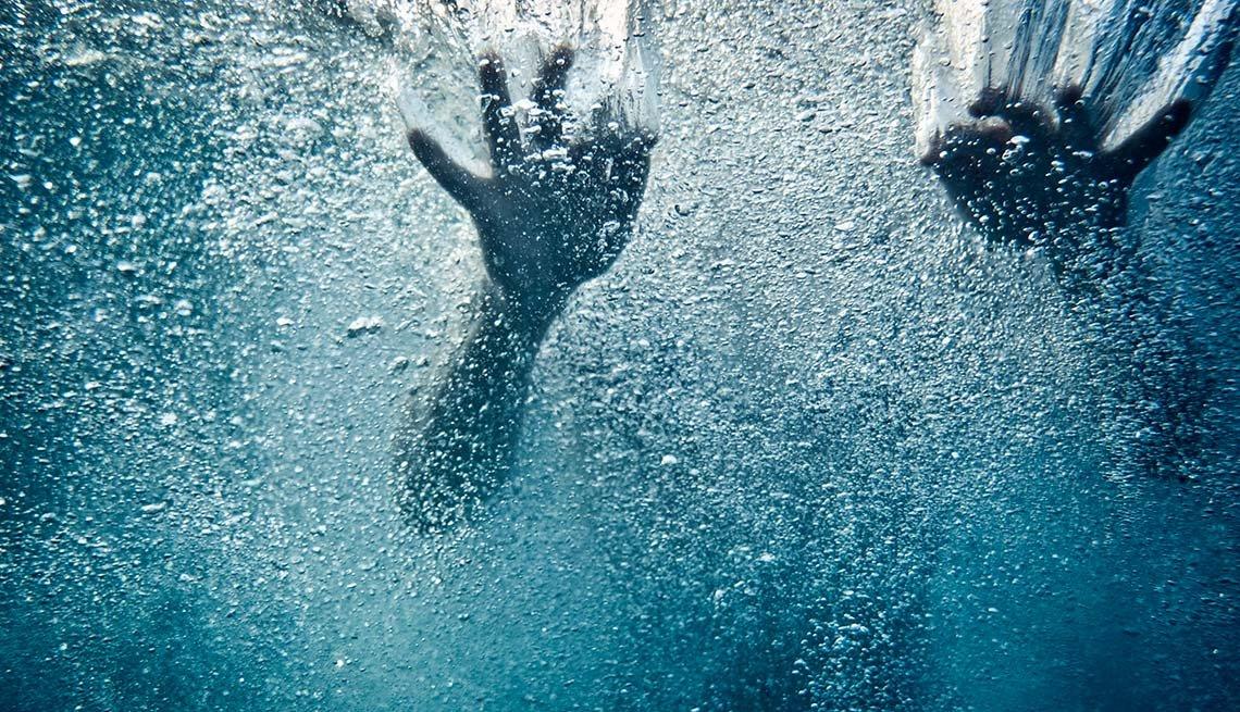 Persona bajo el agua