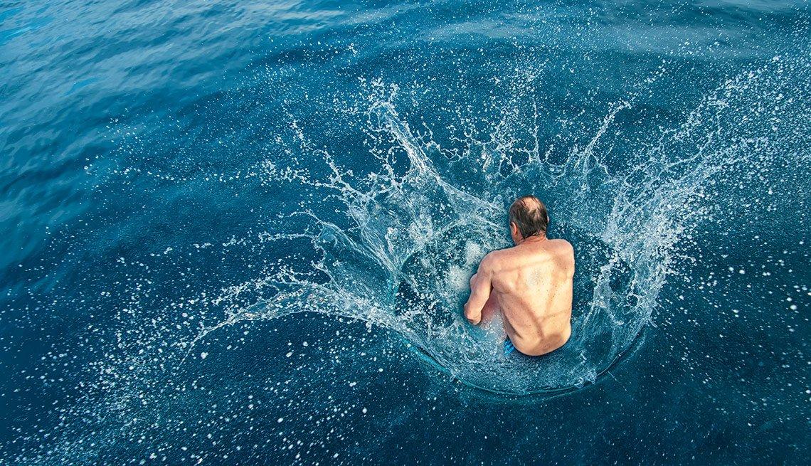 Persona lanzandose al agua