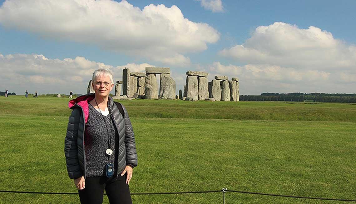 Barbara Weibel visitando las ruinas de Stonehenge