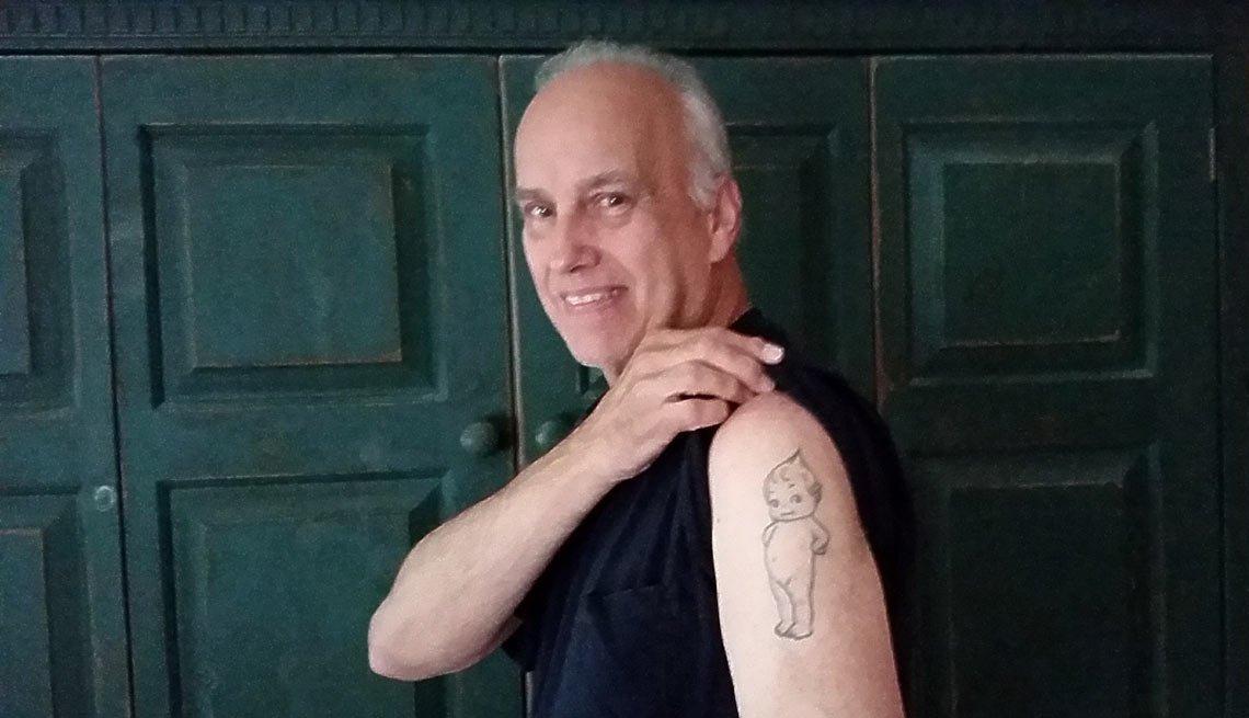 Ed Poska mostrando su tatuaje