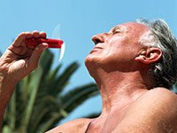 Hombre tomando sol