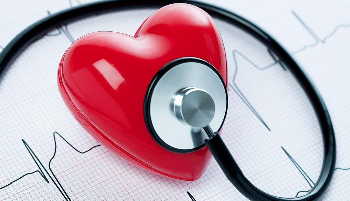 Estetoscopio examinando un corazón de juguete - Síntomas de la falta de carbohidratos en la dieta