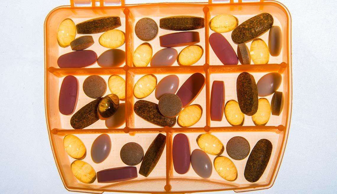Pastillero con cápsulas de vitaminas - Síntomas de la falta de carbohidratos en la dieta