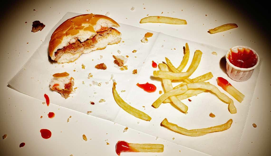 Sobras de comida; hamburguesa, salsa de tomate y papas fritas