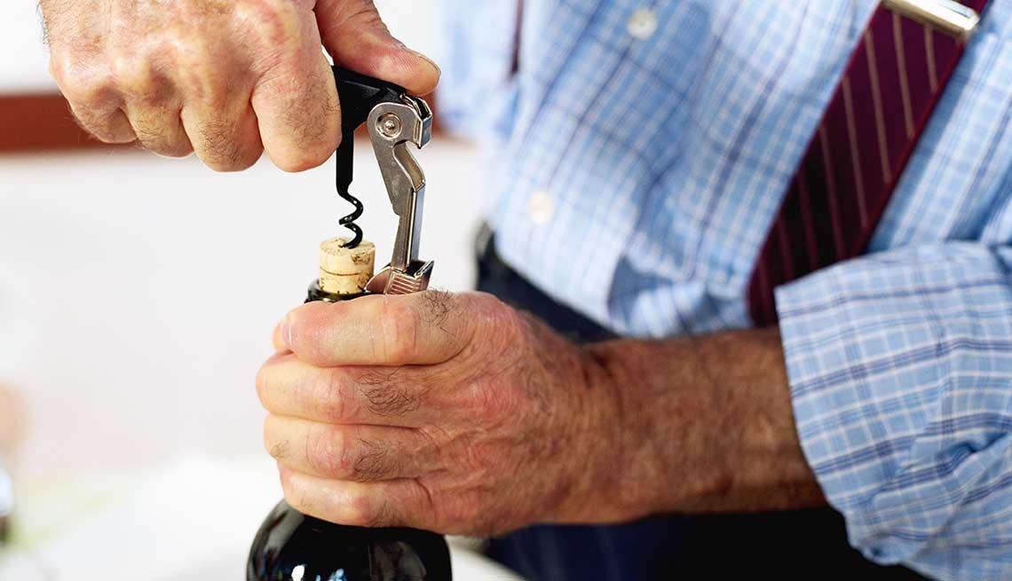 Descorchando una botella de vino