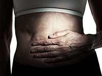 Mujer poniendo su mano sobre su abdomen