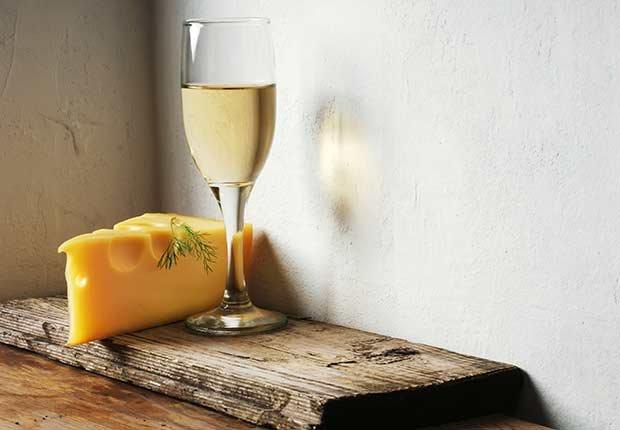 Queso y copa de vino