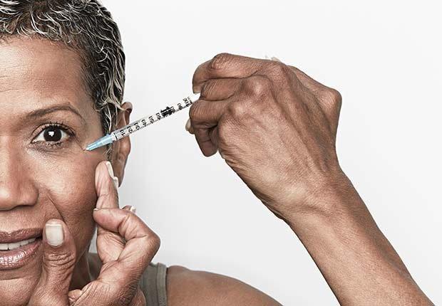 Mujer inyectándose botox