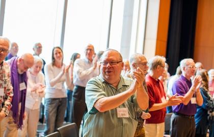 Grupo de personas cantando a coro
