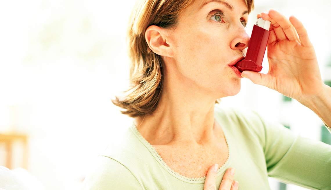 Mujer utilizando un inhalador