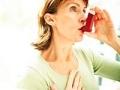 Mujer utilizando un ihalador para asmaticos