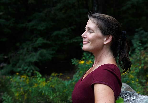 Mujer respirando aire fresco