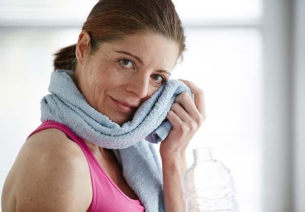 Mujer secandose con una toalla