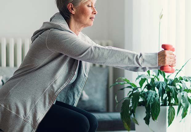 Mujer haciendo ejercicios con mancuernas