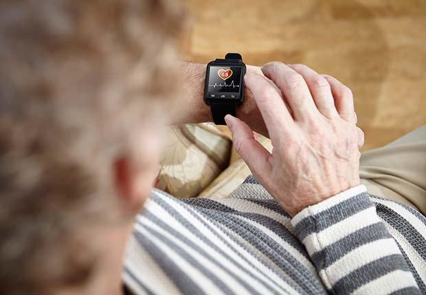 Mujer mirando un reloj que contabiliza los pasos