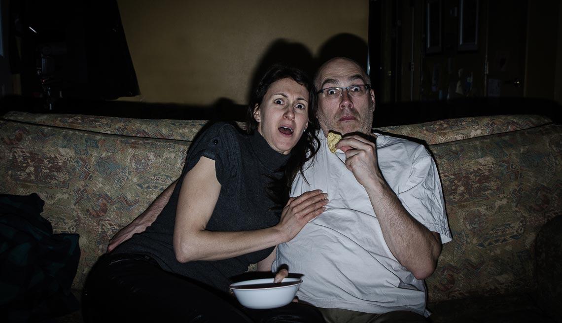 Pareja viendo una película de horror - Cómo aumentar tu libido