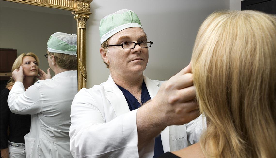 Cirujano plástico examinando una paciente