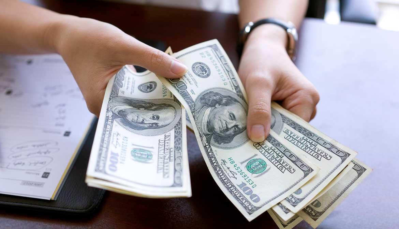 Mujer contando dinero - Preguntas al cirujano plástico