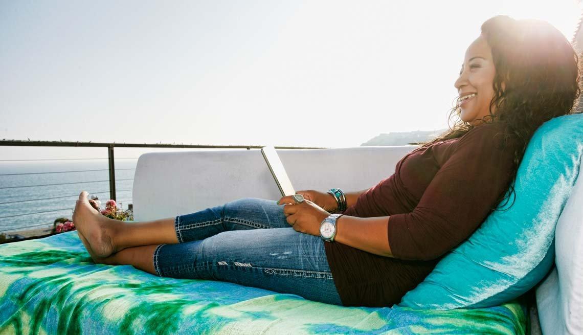 Mujer relajandose en un crucero