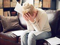 Mujer con las manos en la cara - Alimentos que reducen el estrés