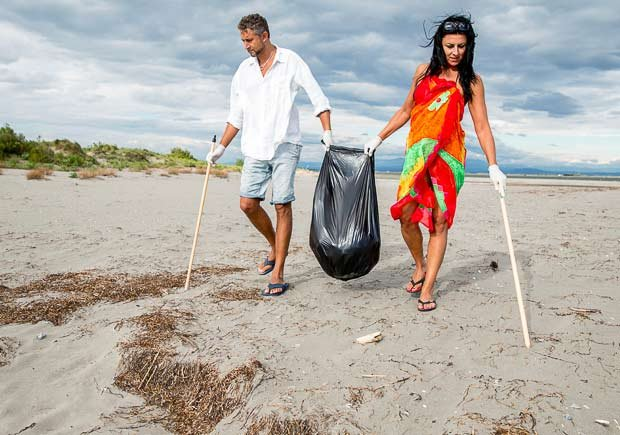 Pareja limpiando una playa - Cómo aumentar tu libido