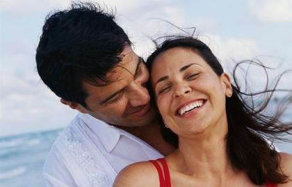 Pareja abrazándose - Cómo aumentar tu libido