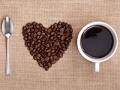 Cuchara, granos de café y una taza de café