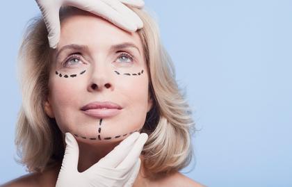 Mujer lista para una cirugía plástica