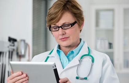 Médico con un tableta en sus manos