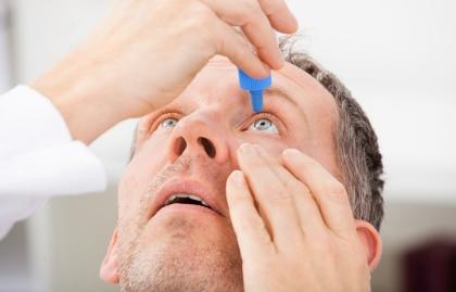Hombre echándose gotas en los ojos - Resequedad en los ojos