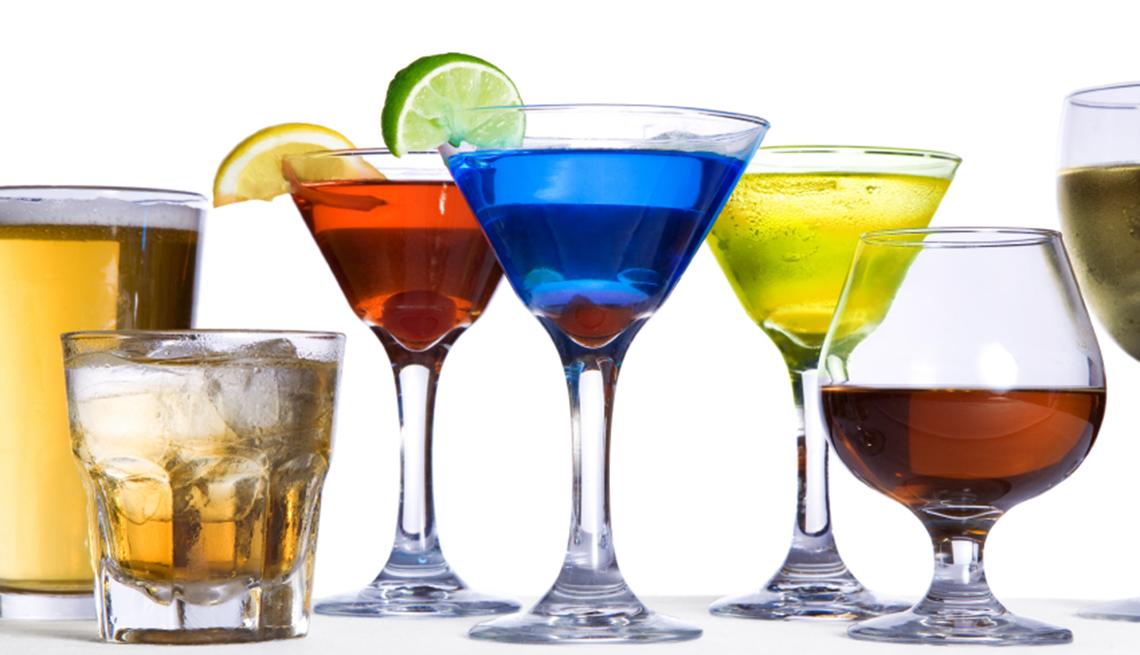 Copas y vasos con diversas bebidas alcohólicas