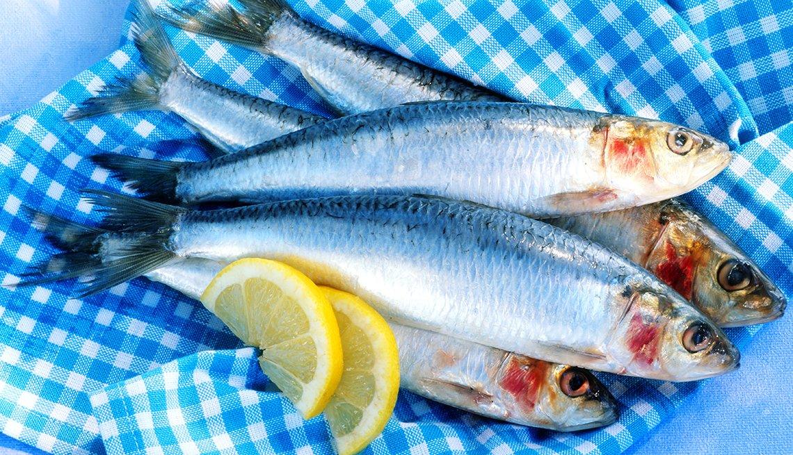 Pescado entero y tajadas de limón