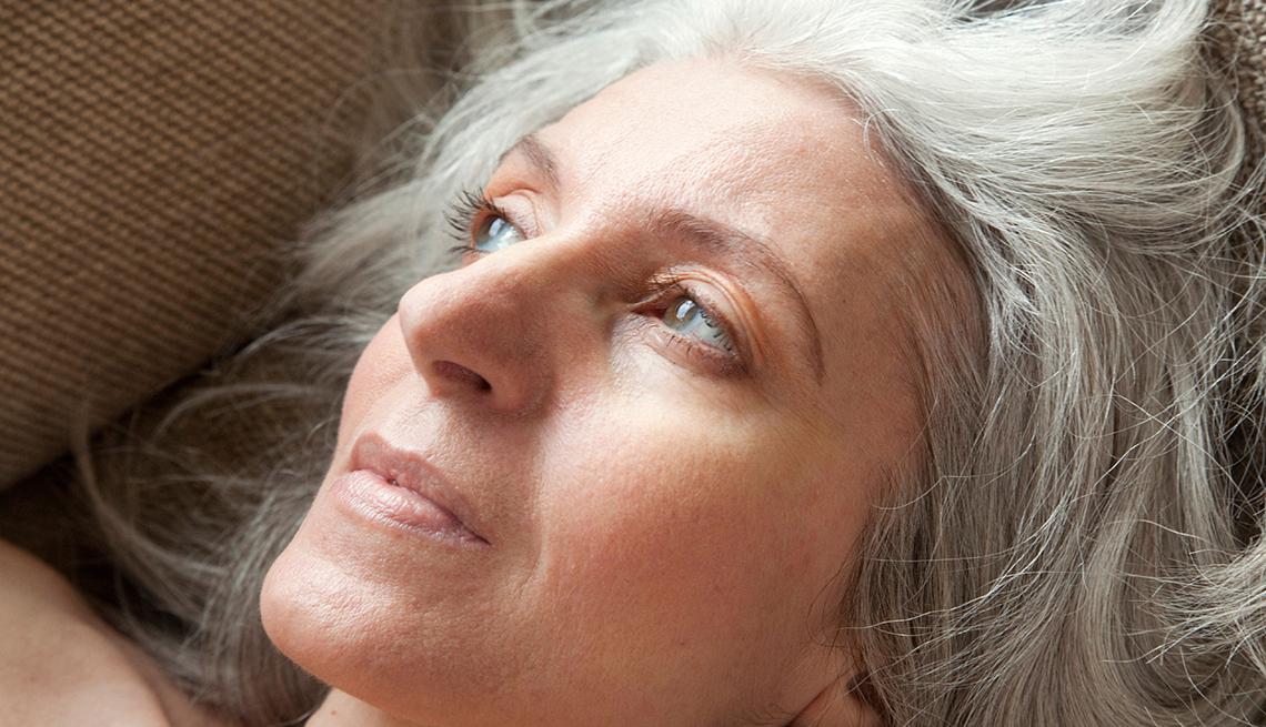 Mujer mayor pensativa