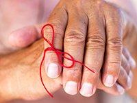 Manos con una cita en el dedo índice - Pérdida de memoria